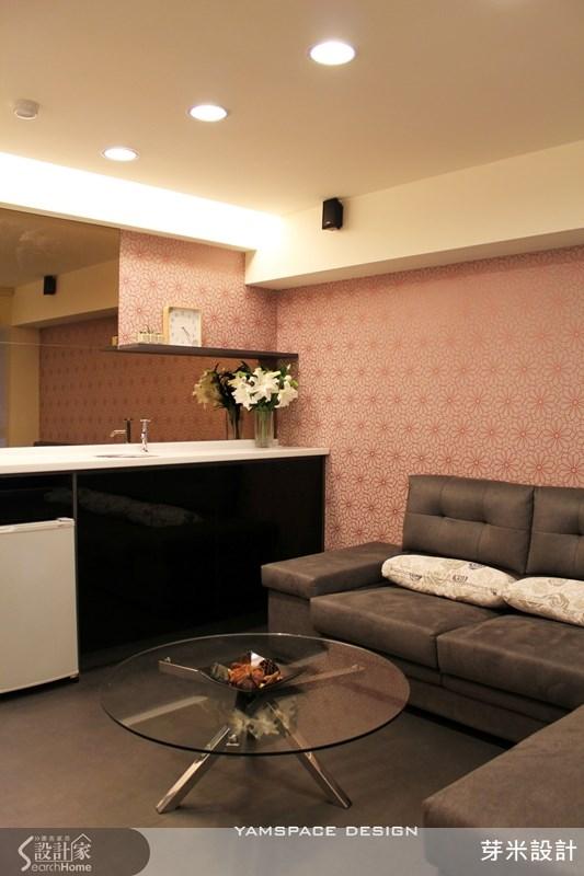 13坪小宅的動線重整,可以輕鬆擺下L型沙發,整體空間感放大許多。