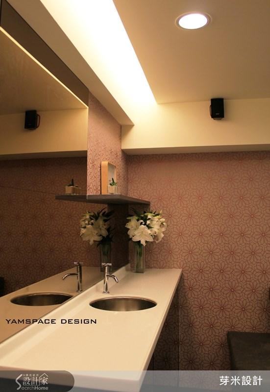 小吧台機能性十足,下方藏著小冰箱,鏡面牆帶來雙倍的空間感。