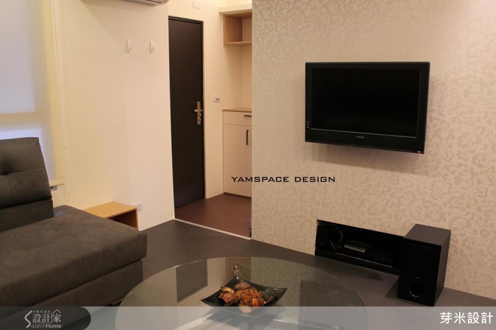黑白對比從玄關延伸入內,營造清爽視覺,內嵌電視櫃巧妙消除雜亂。