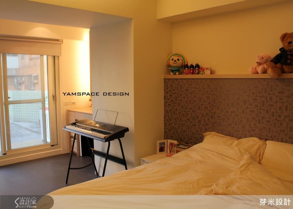 臥室床頭利用精緻木作避開上樑,大面落地窗增加室內通風及採光。