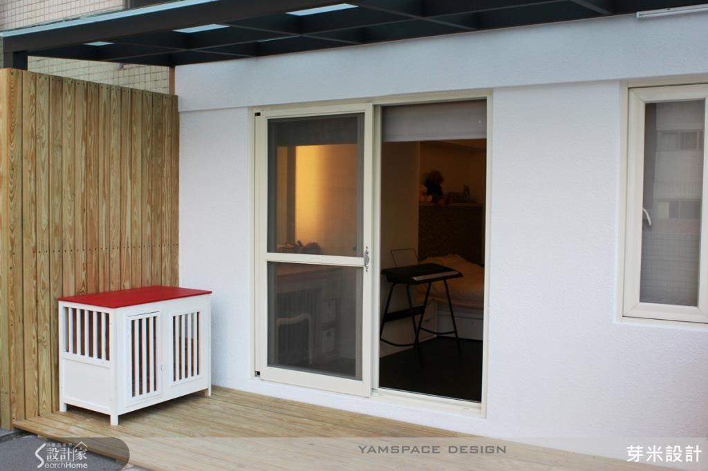 陽台採用南方松鋪設地板,讓室外連結室內空間之時,美觀又堅固,也是屋主愛犬的活動空間。