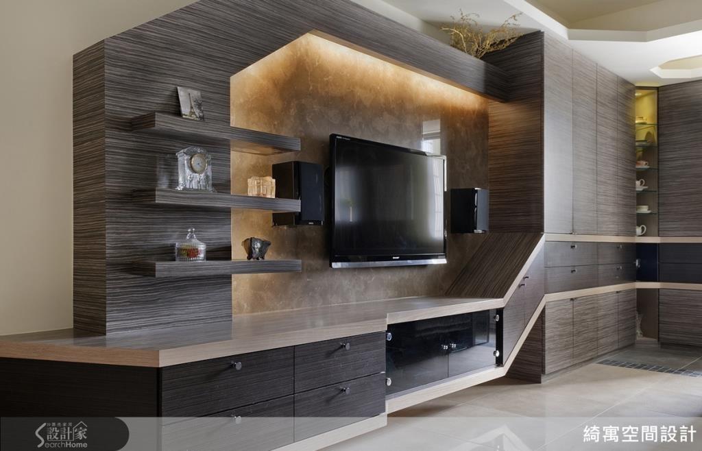 從玄關一路延伸到客廳電視牆壁面的線條,在空間連結處形塑了一個轉折點,自然而然形成了一道隱形格柵,區隔了內外空間。