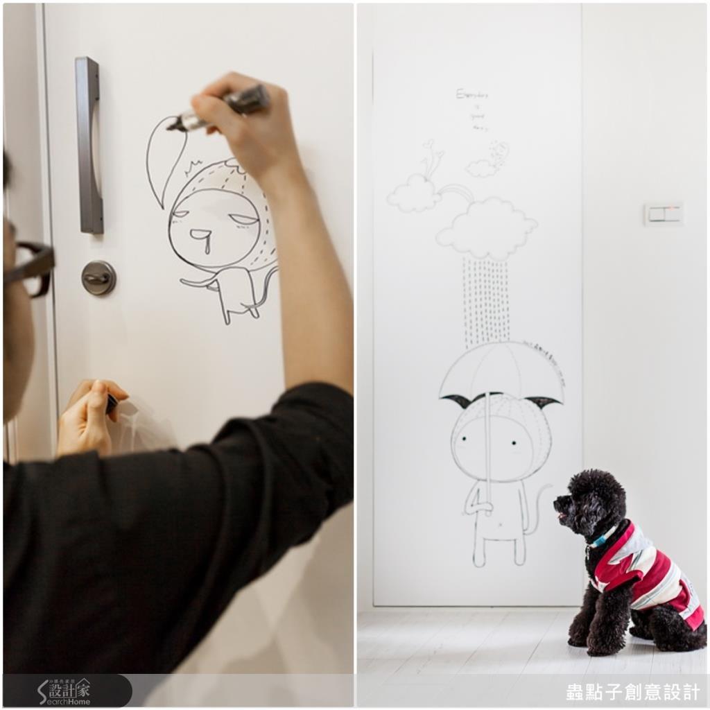 在廁所門片上卡哇伊的「毛毛蟲」插畫,連屋主的小狗也愛!