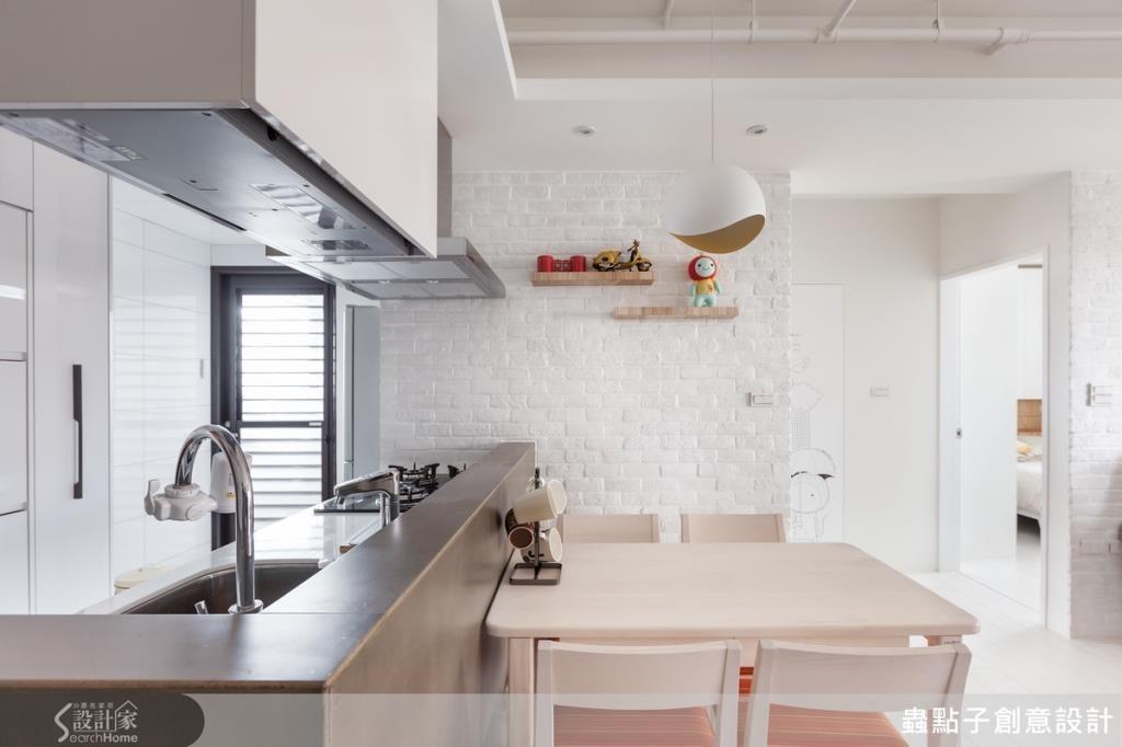 餐廳廚房側牆也採用文化石材質,回歸北歐風格的純粹乾淨。