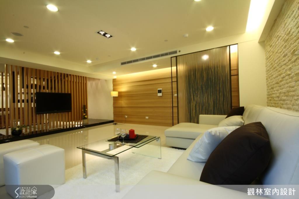 質感溫潤的木質感,佐以鐵件、稻梗壓克力隔屏,再搭配屋主喜愛的大理石、文化石牆。