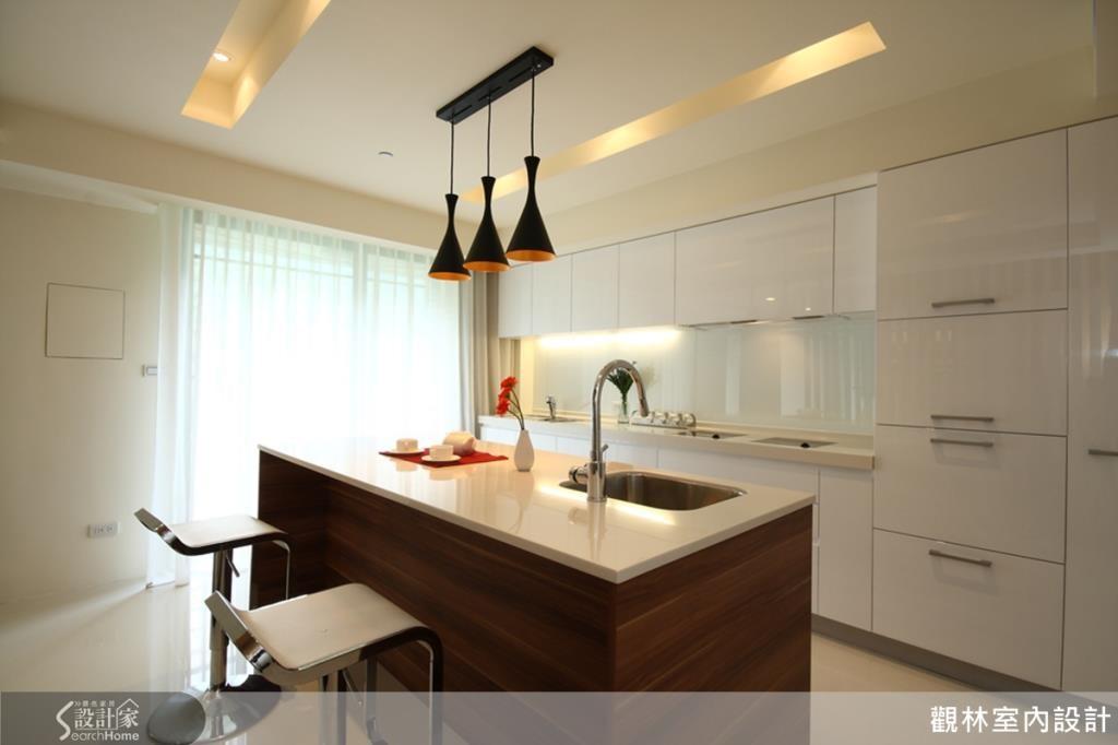 廚房的設計採用中島吧台規劃,增加廚房空間,並延伸視覺寬闊感。