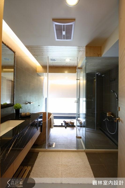 設計師在主浴室並規劃冷池熱池及蒸氣室,使用特別訂製的經典手工檜木桶,讓湯屋氣氛更完整,泡澡時也能延續這份度假的享受。