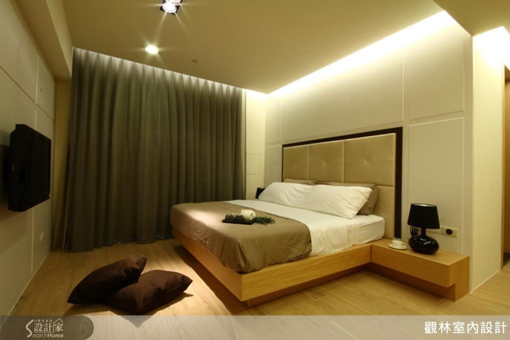 臥室利用馬鞍皮的繃布及栓木鋼刷木皮來營造低調奢華的氣氛,運用自然材質達到減壓,並且讓空間變得更加溫暖。