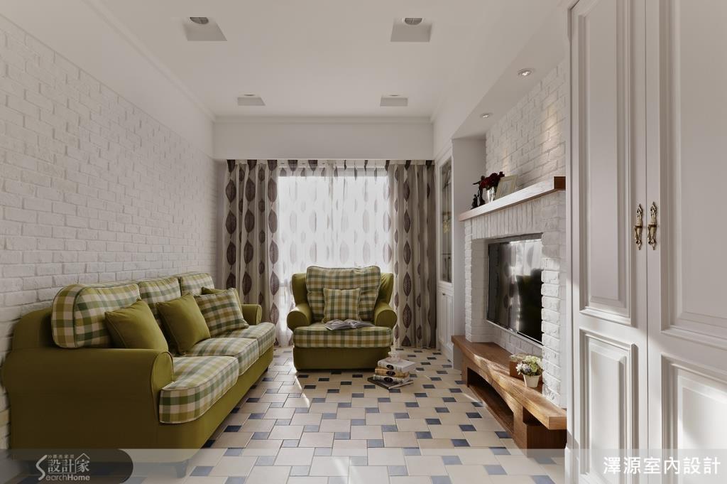 綠色格紋沙發搭配米藍色相間地板,強調舒適慵懶的感受。