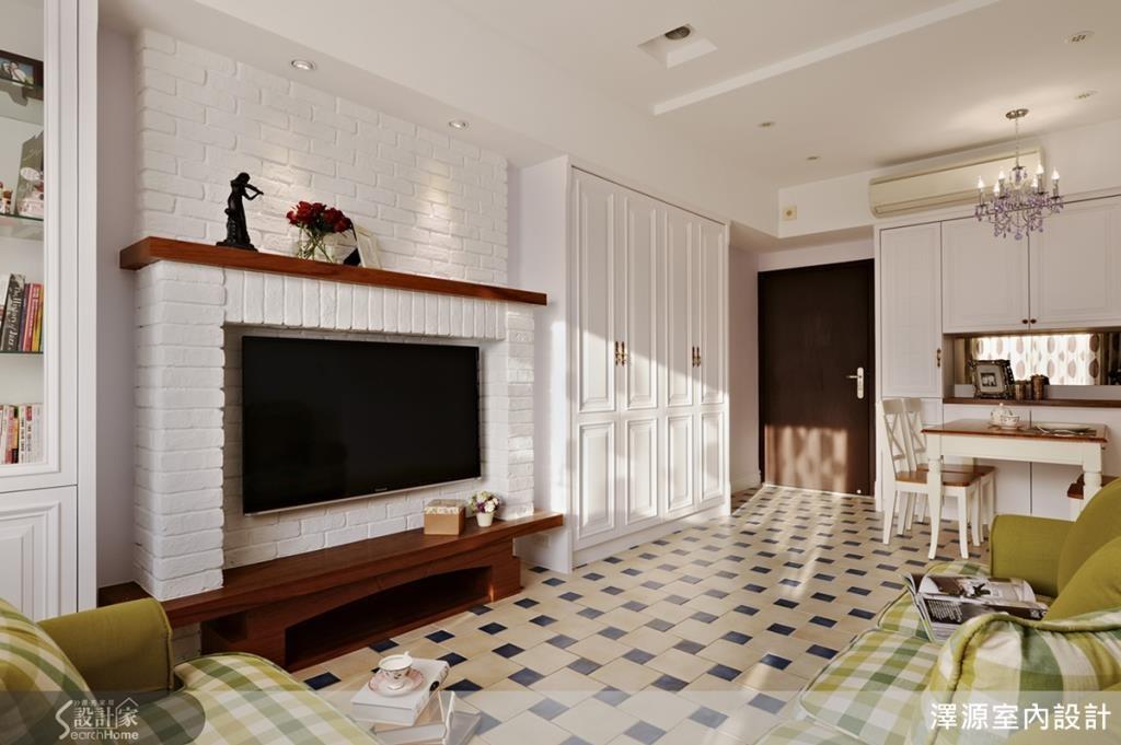 電視牆用文化石做成壁爐樣式,鄉村風格更到位。