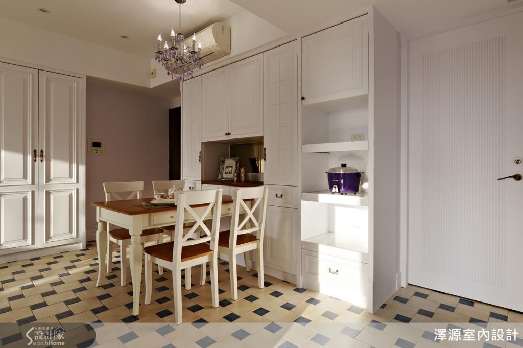 利用紫色水晶吊燈轉換客廳與餐廳氣氛。