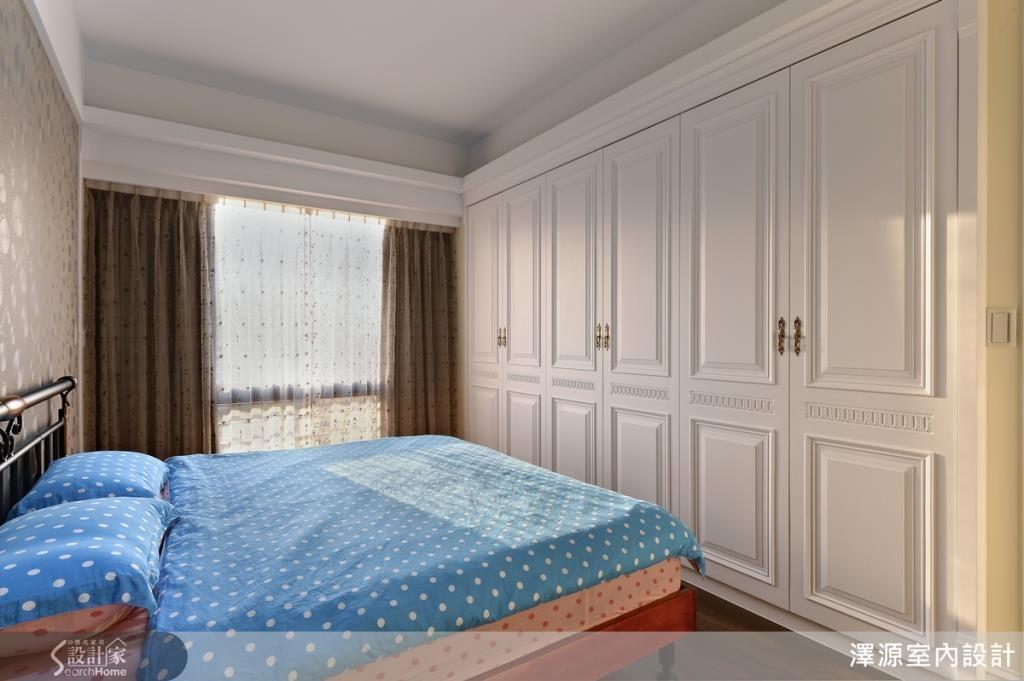 臥室設計簡潔大方,鮮豔的水玉點點床組是亮點。