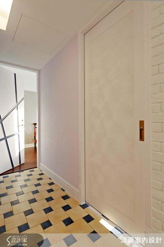 設計師在家中五個房門上都作不同的巧思,變化造型。讓門不再只是門,拋開沉悶無聊、千篇一律,讓家中的門也成為話題之一。