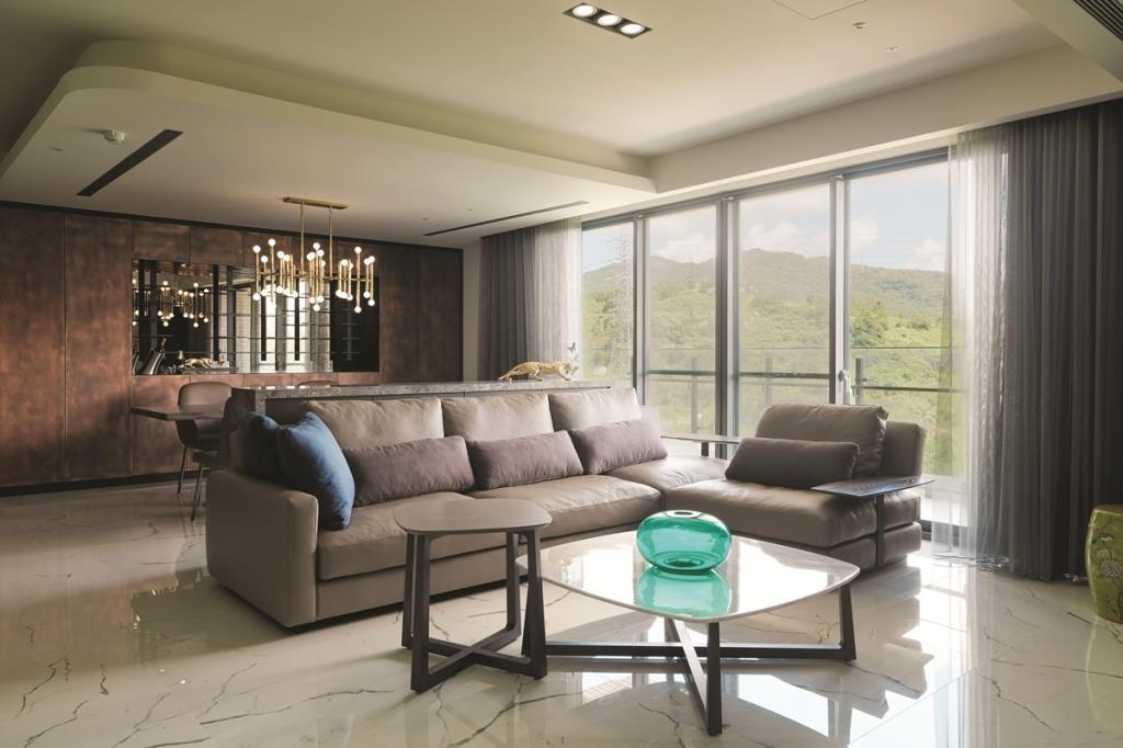 皮革沙發能自然映照出窗外綠意,讓室內外空間融為一體。