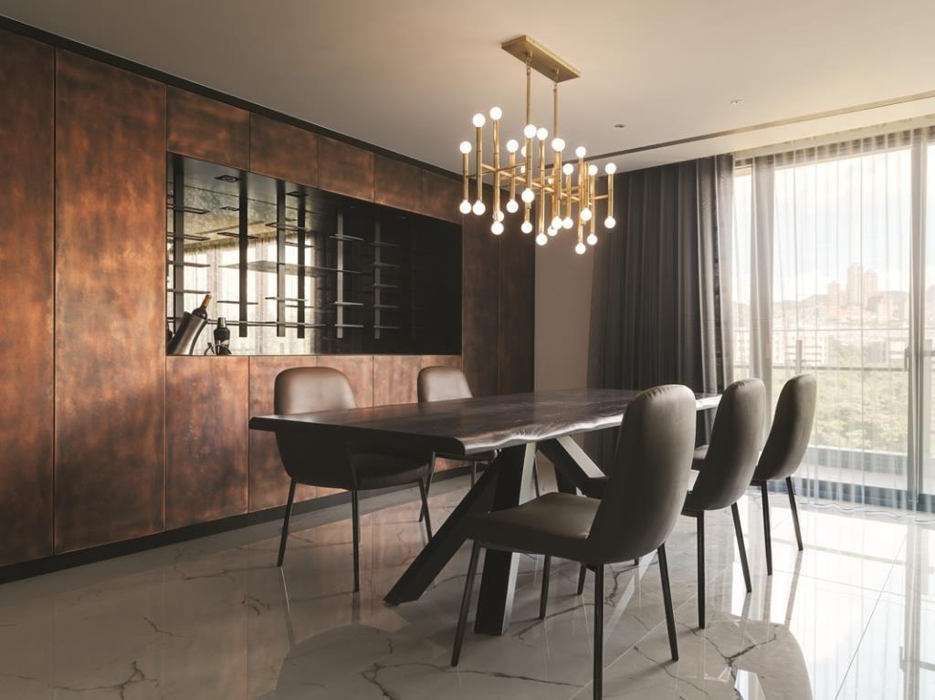 實木餐桌很有存在感,不規則的桌面收邊與不一致的餐椅組合,讓沉穩的空間帶點活潑。