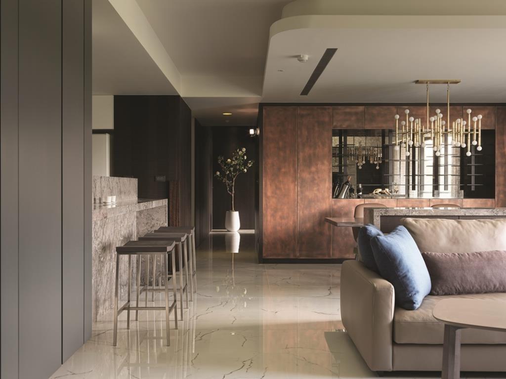為屋主專門設計的品酒空間,紅銅門片的酒櫃框架與黑鐵烤漆的層架,是色塊與線條的完美結合。