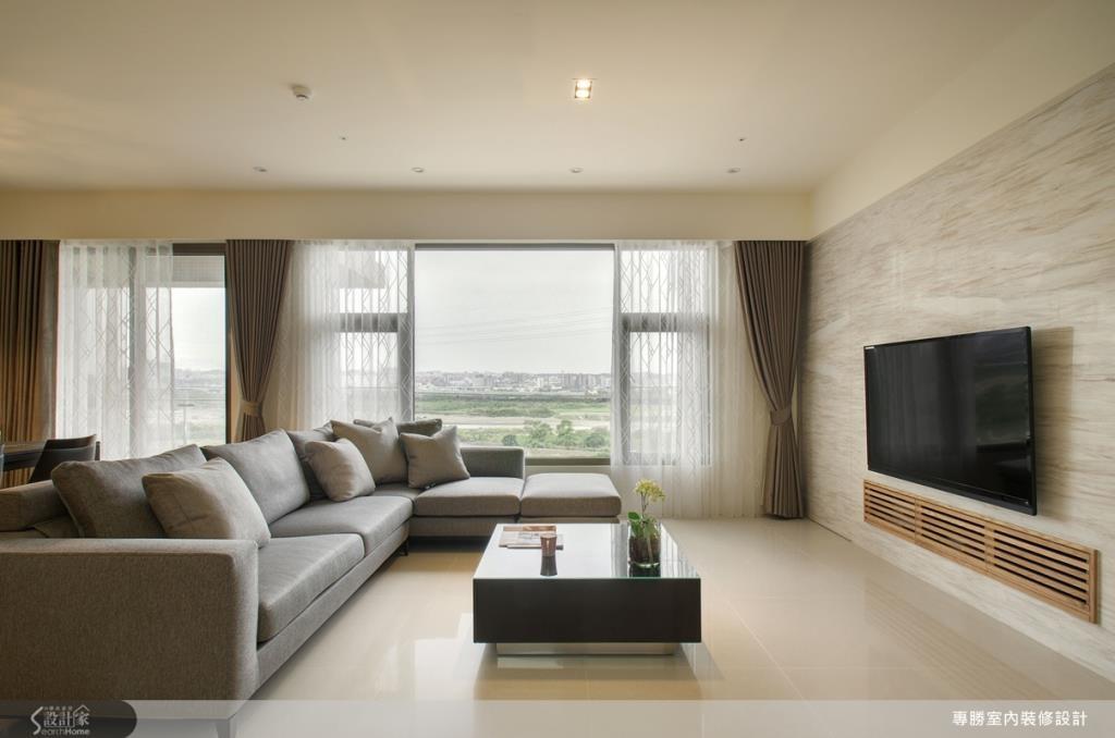 沉穩帶有質感的 L 型沙發,配上大理石電視牆,窗外可遠眺河岸與綠意,更帶引了日光灑落屋內,展現出極具休閒感的現代風美宅氛圍。