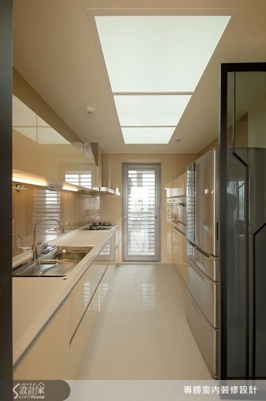 使用流明天花讓廚房空間顯得明亮,一字型的廚房設計,使動線顯得更加俐落完整。