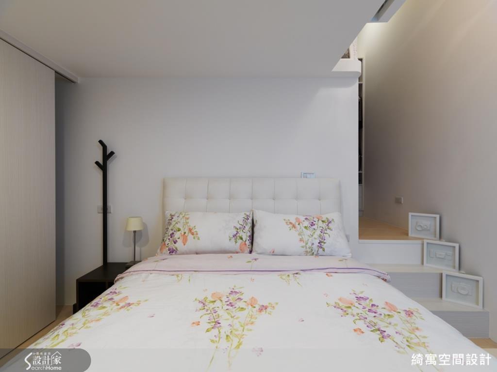 最上段的夾層區規劃為客房,結合了實用的收納機能,讓空間使用上更富靈活彈性。