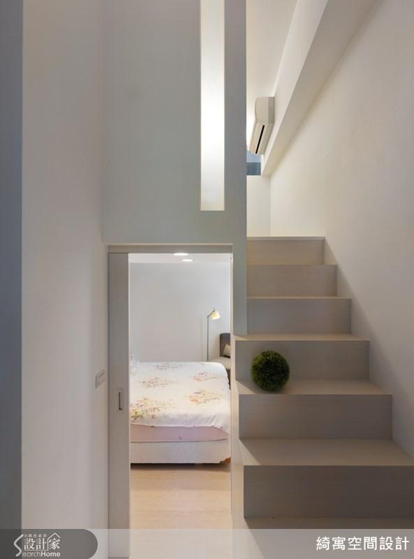藉由上段與下段之間產生的高度落差,巧妙地在主臥室內部後方區域,再創造出更衣室空間。