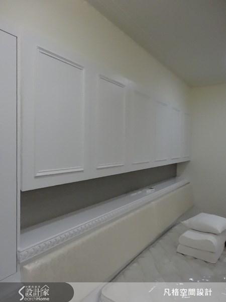 中空式的櫃體,讓床頭櫃多了收納與展示的機能,更以古典線板,呼應整體的空間設計