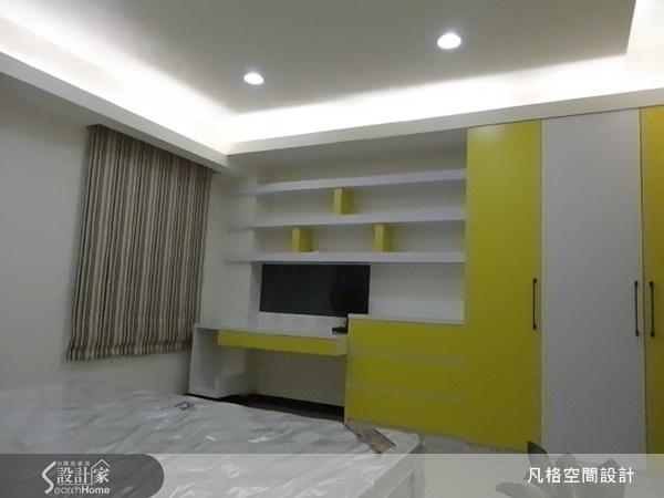 不僅利用色彩讓空間顯得活潑,更利用層板書櫃,讓牆面空間也能呈現出設計感,再運用黃、白兩色交錯搭配,使整體空間充滿活力,又顯得明亮。