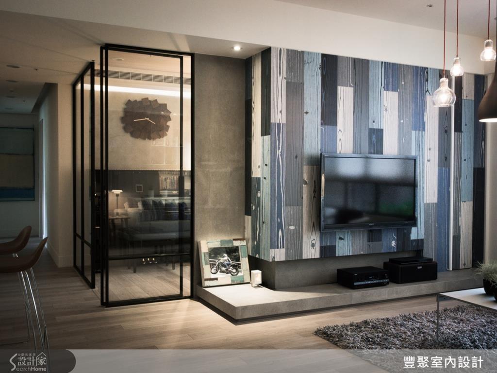 以歐式木紋磁磚建構電視主牆,讓鮮豔藍色在簡約空間中跳脫而出,牆面材質看似木頭質感,卻保有磁磚優點,營造出古樸味道,貼近北歐風格。
