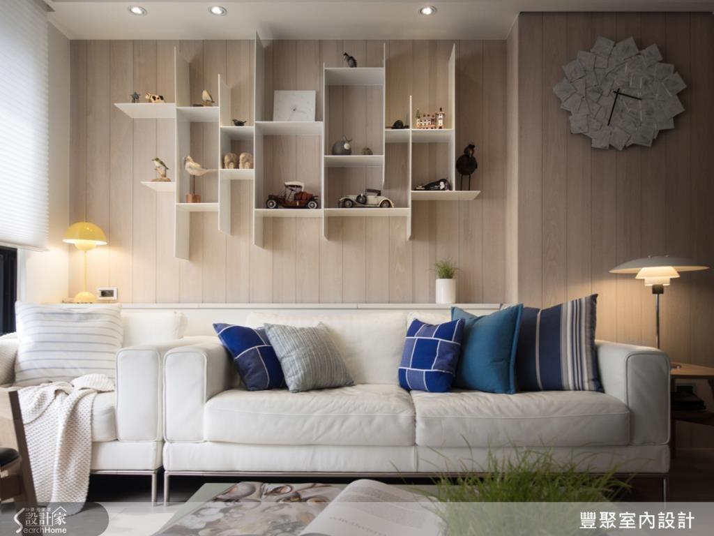 用整座焊接的手法,在沙發背牆打造一個鐵件置物架,白色線條搭配木作背牆,展現俐落清爽感。