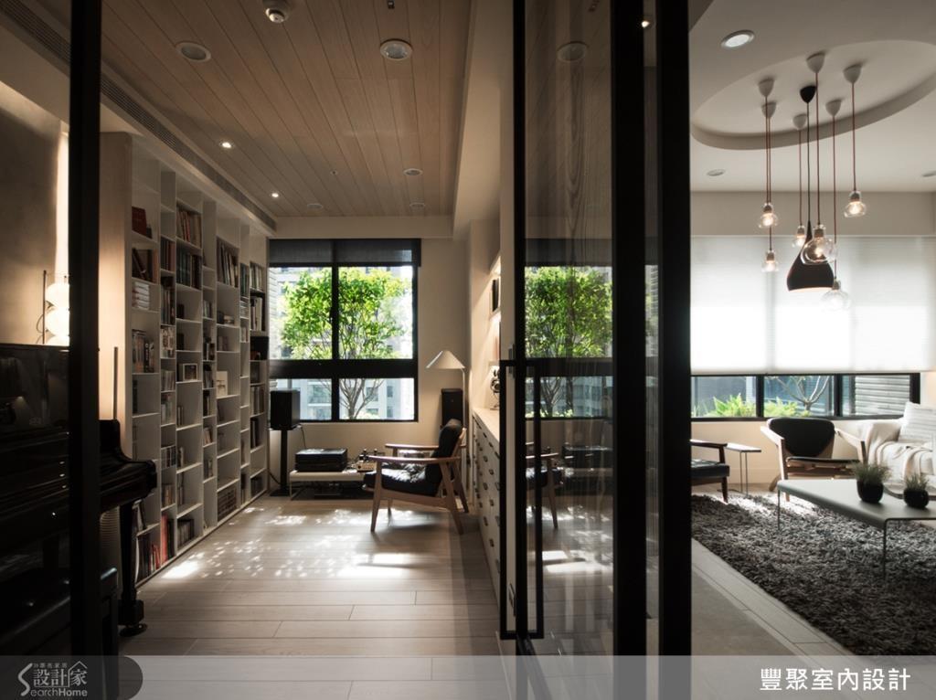 客廳後方為書房空間,設計師重新加入的牆面不只用以區隔客廳、書房,更具備雙重特色,成了前為電視牆、後為書櫃的雙面牆。