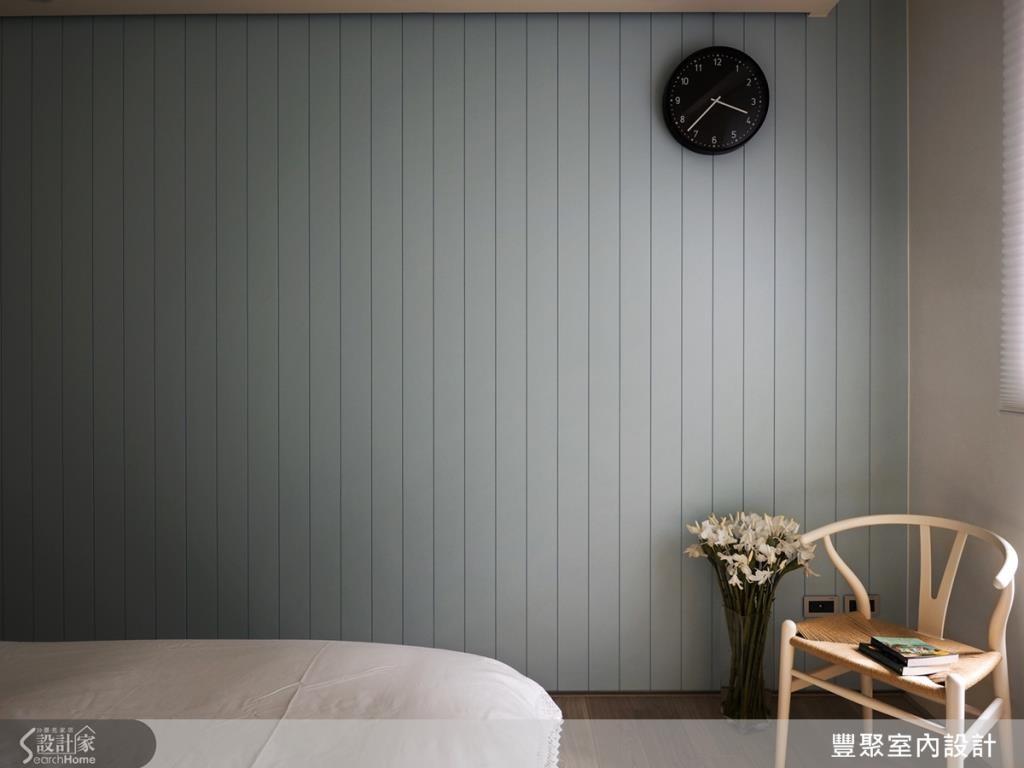 主臥靠床尾牆面則呈現淡藍色,替居室注入放鬆的度假感。