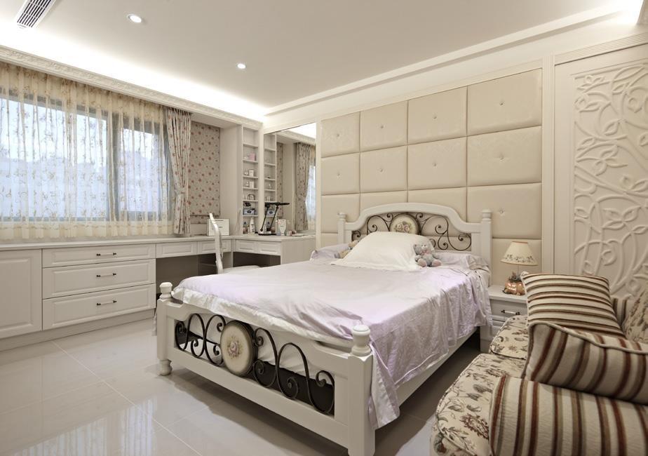 採取古典風概念來設計女孩房,利用雕花圖騰與富有裝飾性的各款櫥櫃,烘托出柔美細膩的住臥空間。