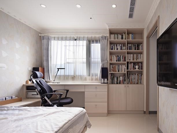 以風格壁紙裝飾男孩房,再以挑高書櫃來收藏屋主兒子豐富的藏書量,刻劃出沉靜的人文氣息。