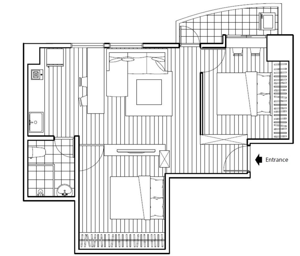 After 平面圖: 整個空間經過乾坤大挪移,將原本夾在廚房後方與廁所中間的主臥室移到原本靠近玄關的客廳處,並利用新的臥室牆面營造出玄關右側收納櫃,而將廚房與客廳的位置向後退。原本的和室區域則作為客房或書房使用,牆面向走廊推移形成電視牆與玄關端景。