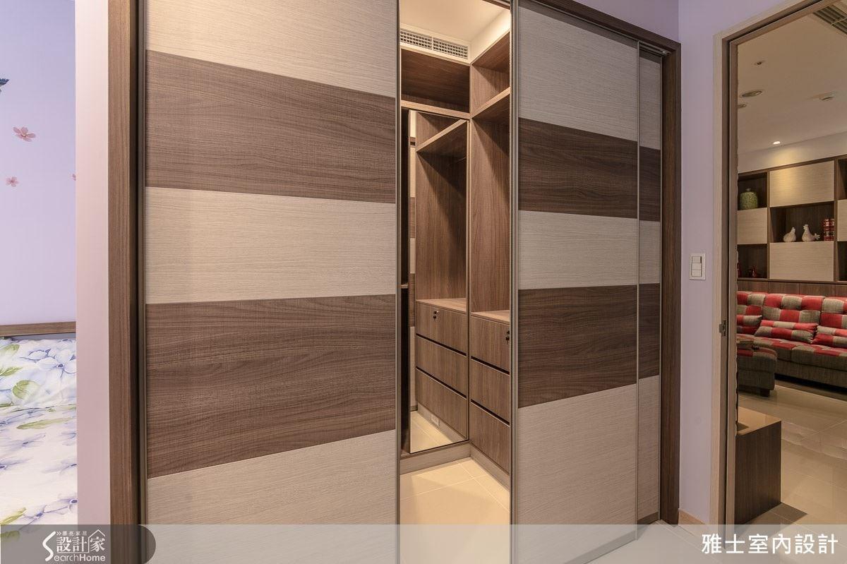 透過拉門設計,區隔出完整獨立的更衣室空間,深淺木紋拼貼設計,讓牆面帶有裝飾性效果。