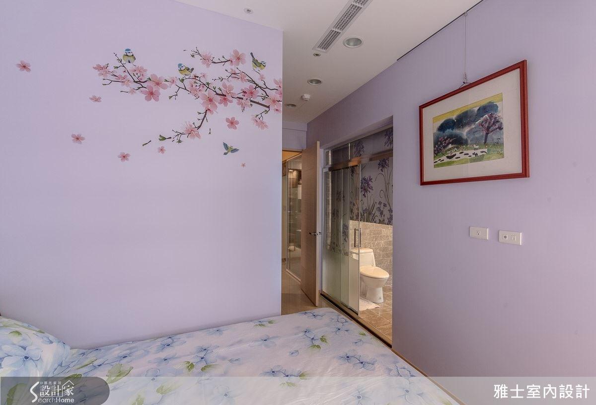 挑選粉嫩優雅的紫色為壁面,讓人聯想到舒眠的薰衣草花田,配上落英繽紛的壁貼與吟唱的鳥兒,交織出鳥語花香的美好情境,讓住臥空間不僅浪漫也更舒適