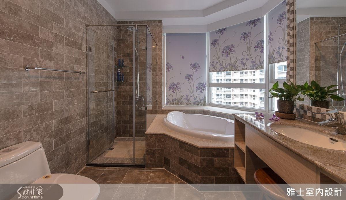 選擇自然紋理的石材來鋪設衛浴空間,再以環繞式的觀景窗設計,不僅使空間顯得明亮,更有被景致環抱的浪漫感,創造出帶有度假風情的衛浴空間。