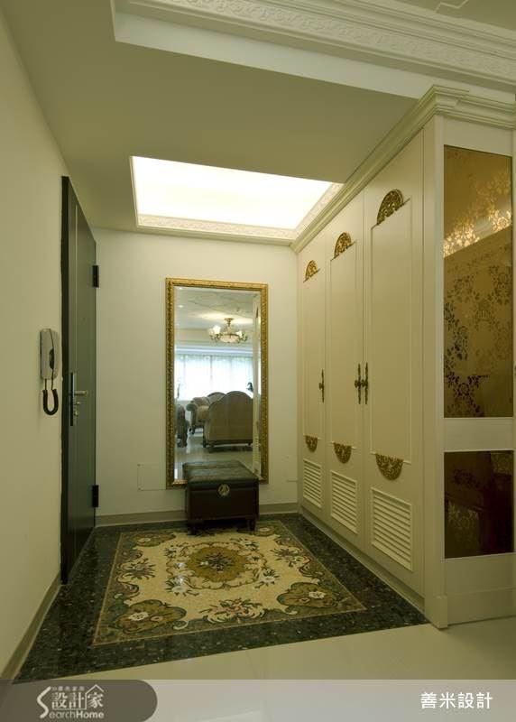玄關地面以造型繁複華麗的大理石拼花打造而成,讓人留下深刻而美好的第一印象。