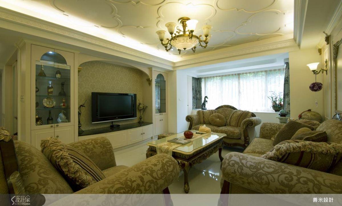 呼應空間的宮廷風格,特別選擇質感厚重的布面雕花沙發,更增添空間的貴族氣息。