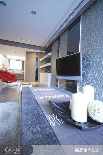 電視牆選用特殊線條造型的壁紙來搭配茶鏡,從電視牆至展示櫃一路延續下去的現代感設計。
