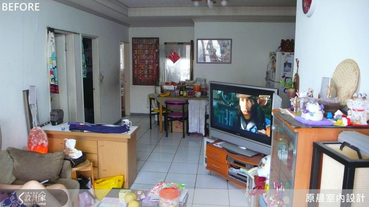 原先的客廳在擺上電視與電視櫃後,行走的空間頓時更加狹隘了!