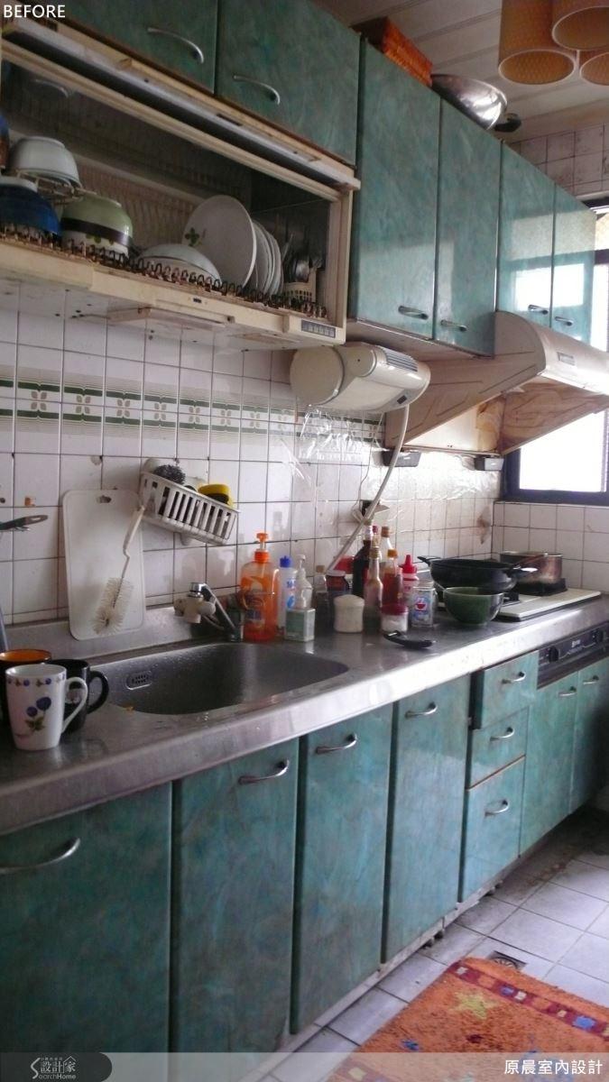 原先的廚房沒有隱藏式的收納空間,一一擺上廚房用品後便顯得有些雜亂。