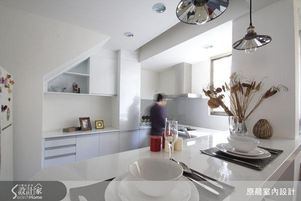 規劃後的廚房變得十分清爽而乾淨,原先雜亂的物品也得以收納。