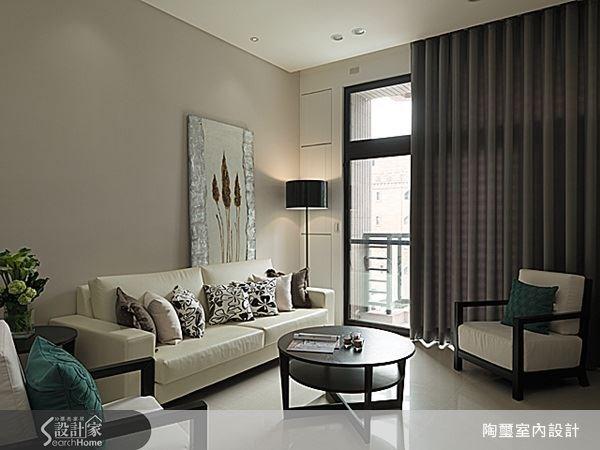 客廳沙發背牆刻意安排一件色調柔和的手工藝術創作,搭配燈光與大地色調的牆面鋪陳,提升了整體空間的藝術氣息。