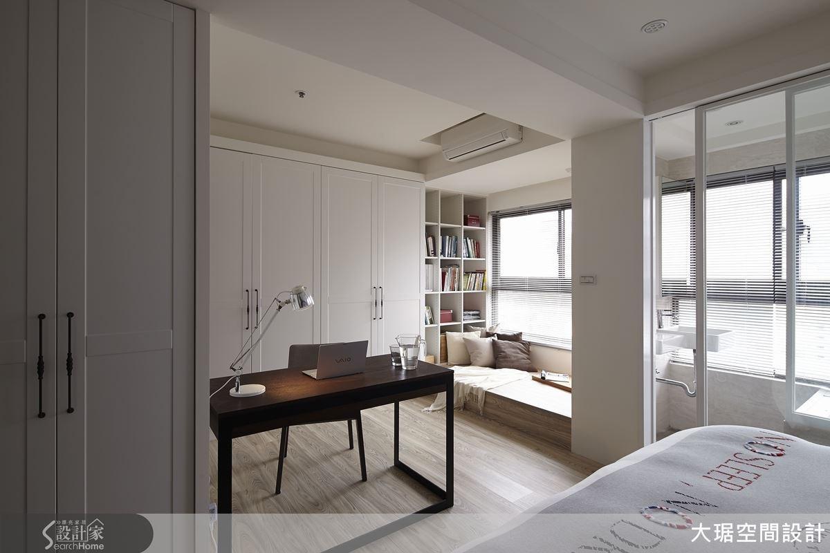 這間主臥室規畫成複合式空間,也設計一個開放式的衛浴空間,樑柱成為最佳分界線。浴室部分以玻璃拉門區隔,讓視覺及光線穿透以減少壓迫感;大片的自然光毫不吝嗇地灑進室內,讓人有被陽光療癒的感覺。