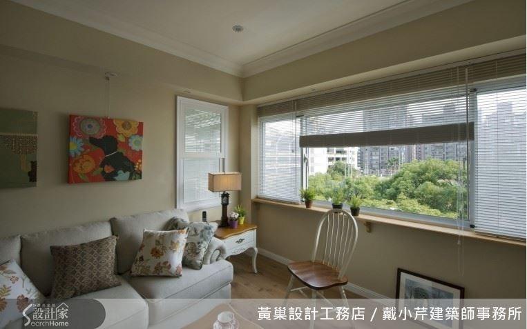藤色系的客廳迎進窗外的綠意,給人舒服自在的感受。