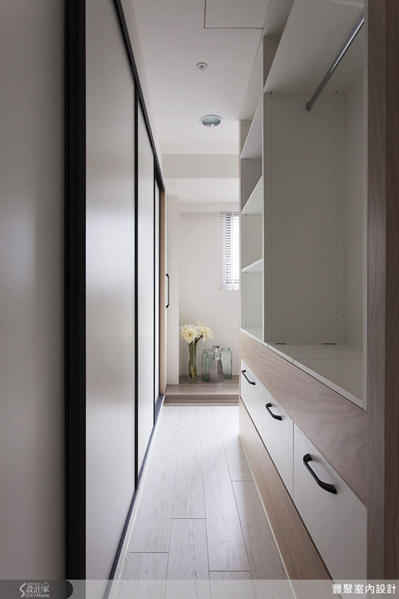 同時具備電視主牆與衣物收納櫃的功能,這個衣櫃真的好方便!裡面的收納空間相當充足!