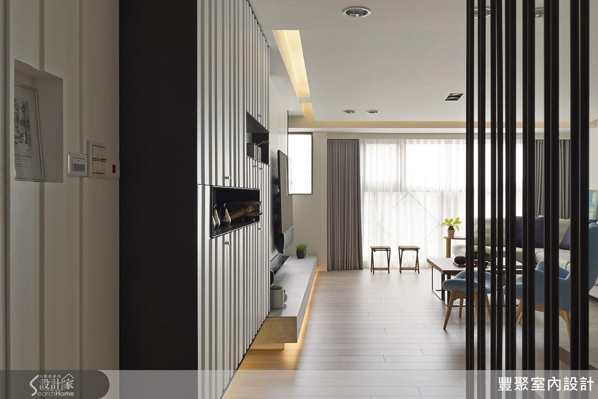 樓梯扶手用鐵件規劃,這樣的線條感也正好與鞋櫃櫃體的造型相呼應。
