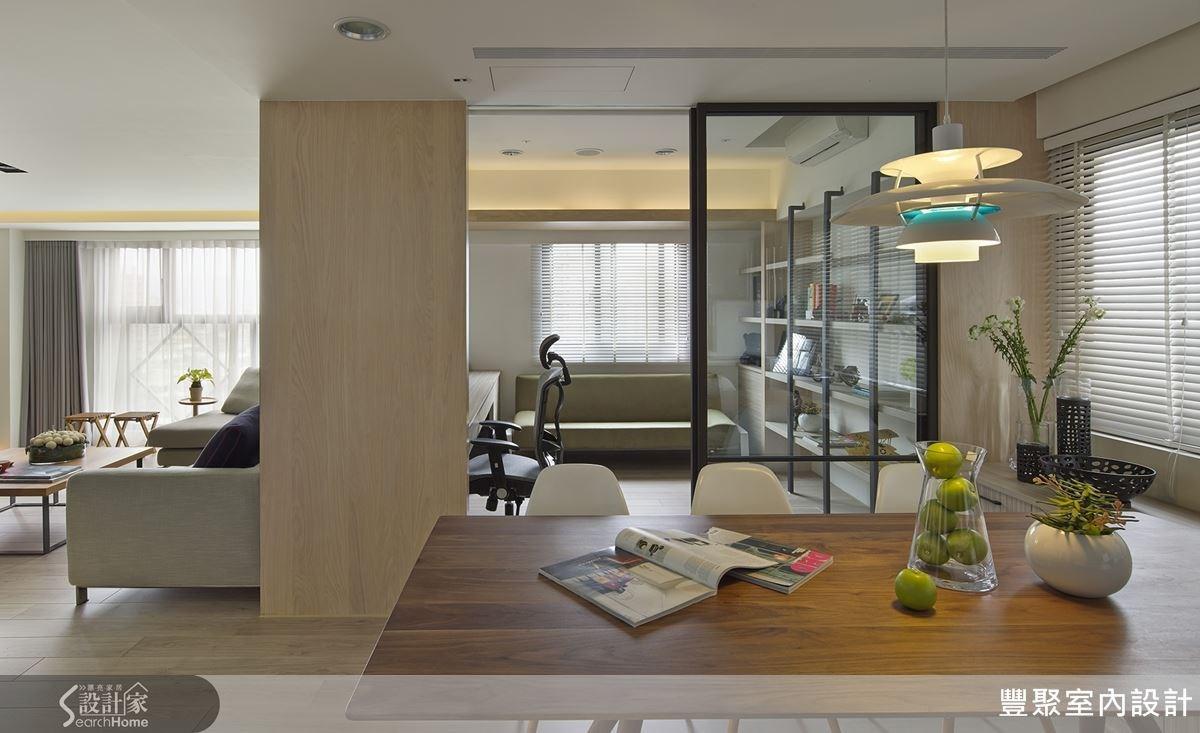 透明滑門設計既串聯了餐廳和書房,也維持穿透性。