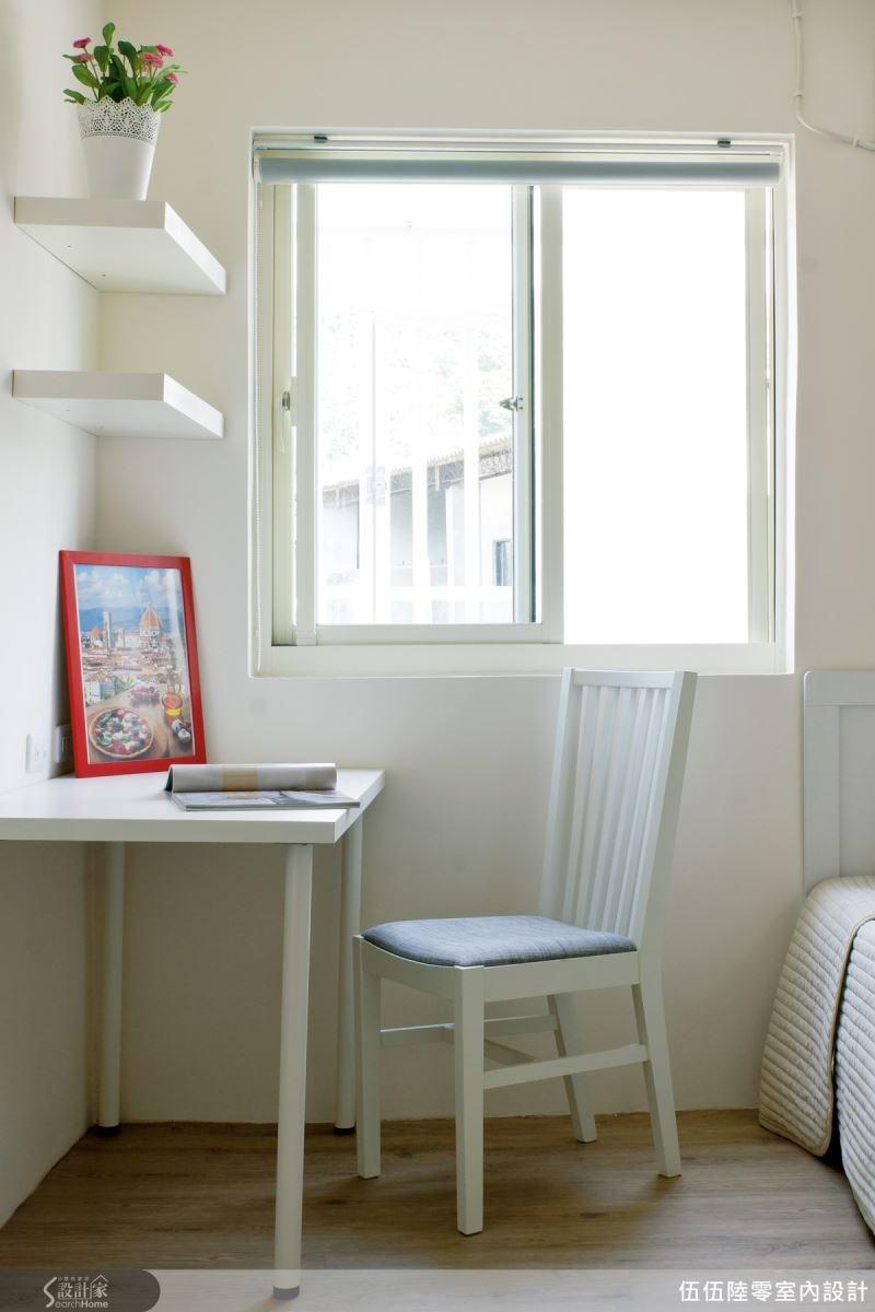 為了營造放鬆的氛圍,設計師在窗邊規劃出一個小小閱讀區,配置北歐清新風格的書桌與椅,迎窗的方位引進自然光,使閱讀氛圍明亮舒適。