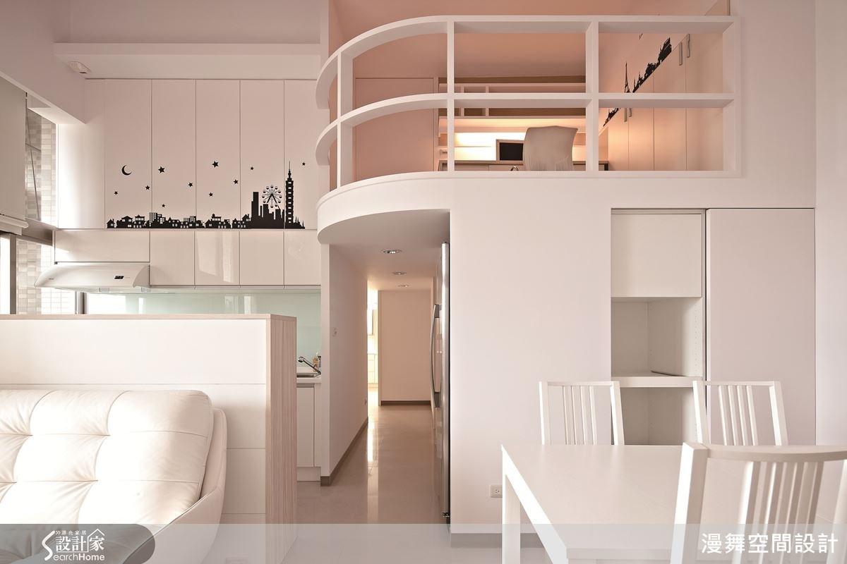 開放的公共空間,加上穿透的夾層護欄設計,讓家人即使在不同空間也能保持緊密互動。